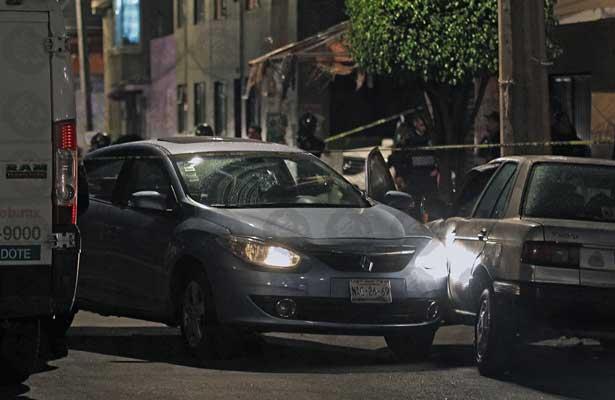 Atacan con 15 balazos un automóvil en Iztapalapa