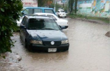 Tromba ocasionó la muerte de dos personas y daños en vehículos en el valle de México