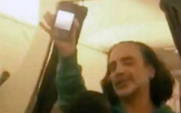 Bajan del avión a Alejandro Fernández por borracho