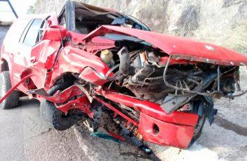 Aparatoso choque-volcadura en la Autopista Siglo XXI deja cinco heridos