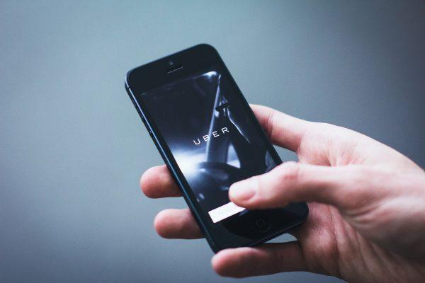 Uber, Lyft y Airbnb permiten negar servicios a neonazis en Washington