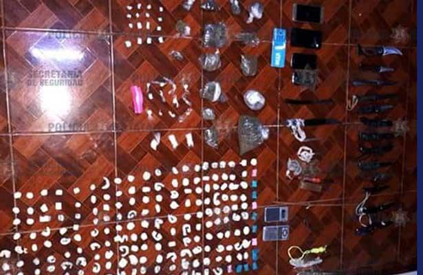 Aseguran armas blancas, celulares y droga en penal de Tlalnepantla