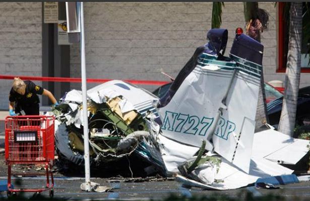 Se desploma avioneta en centro comercial, mueren cinco