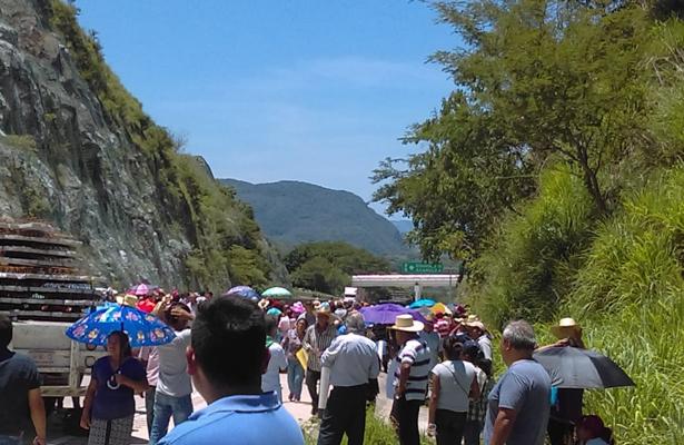 Habitantes obstruyen carretera de cuota en Guerrero