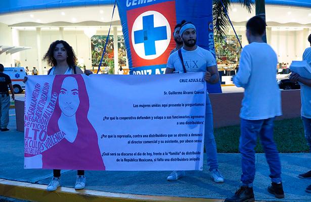 Irrumpen mujeres en convivencia de Cooperativa Cruz Azul y exigen justicia