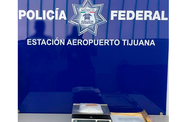 En aeropuerto de Tijuana Policía Federal asegura aparente droga sintética en sobre de papel