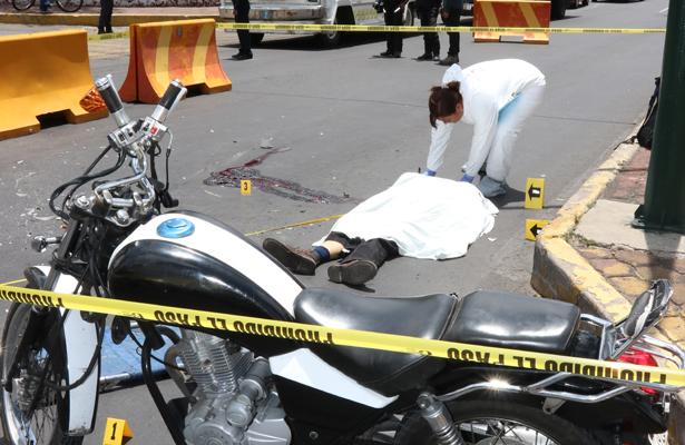 Micro embiste a motociclista en la Venustiano Carranza