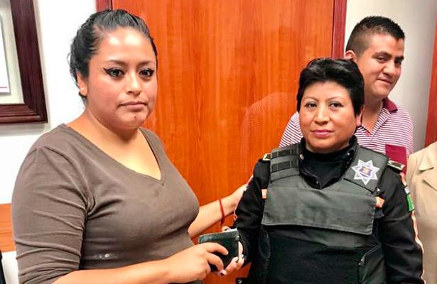 Honesta policía encuentra cartera y la devuelve