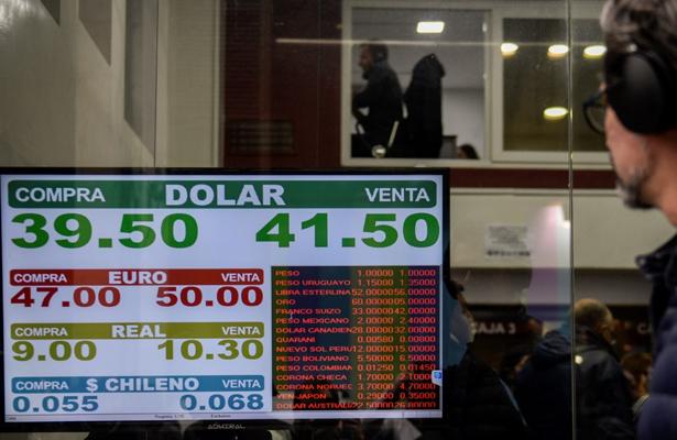 Moneda argentina se derrumbó, el dólar cerró en 39 pesos