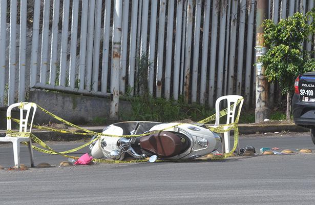 Muere chica motociclista arrollada por taxi en Atizapán
