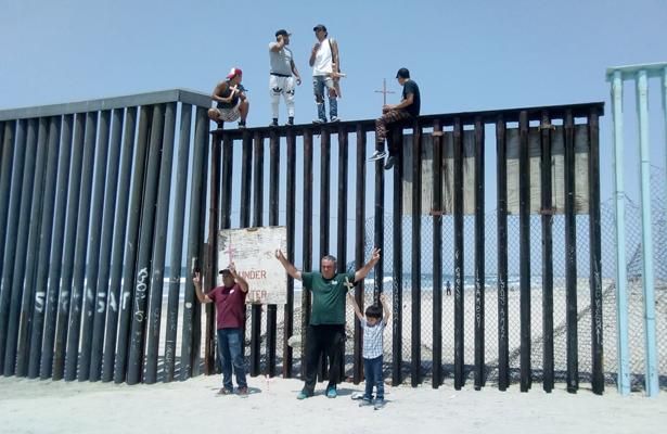 [Video] Trepan muro fronterizo