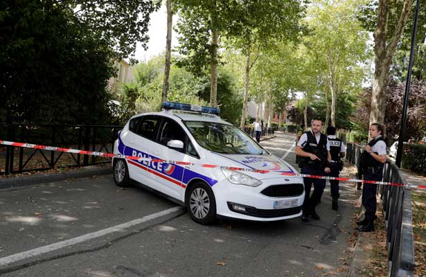 Sujeto mata a cuchilladas a su madre y su hermana en París