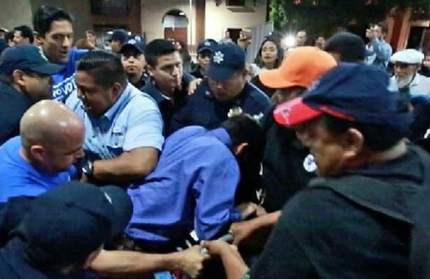 Agarrón entre policías y panistas en Monterrey [VIDEO]
