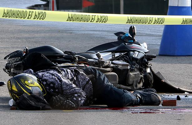 No lo protegió su equipo de seguridad al caer de su moto