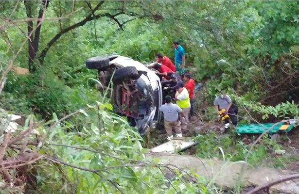Camioneta cae a un barranco y queda prensado el conductor
