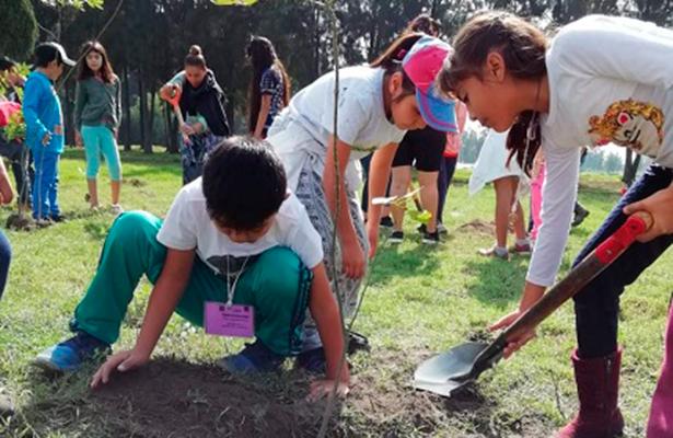 """Alumnos de """"Escuelas para la Vida"""", reforestan bosque de Tláhuac"""