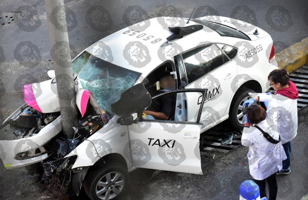Muere taxista al estamparse en Anillo Periférico