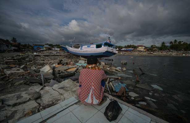 Aumentan a 2, 045 los muertos por terremoto y tsunami en Indonesia
