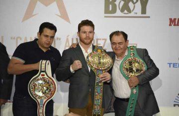 """""""Canelo"""" Álvarez recibió sus tres cinturones"""