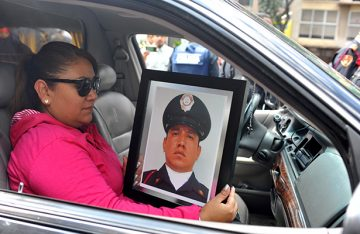 Familiares y amigos despiden al policía que defendió la casa del Cardenal
