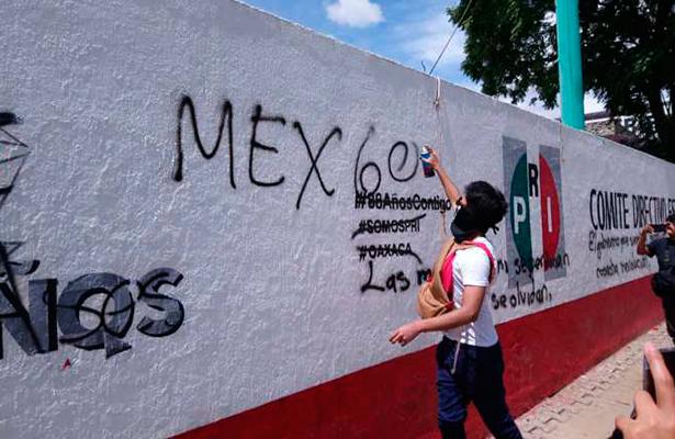 Con actos vandálicos y marcha Normalistas recuerdan la masacre de Tlatelolco.