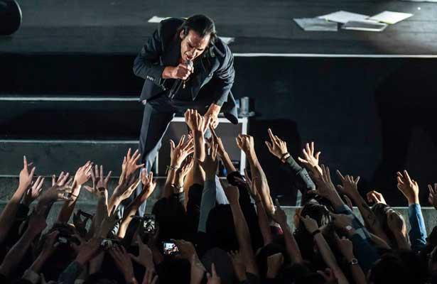 Nick Cave recuerda a víctimas del 2 de octubre en el Pepsi Center WTC