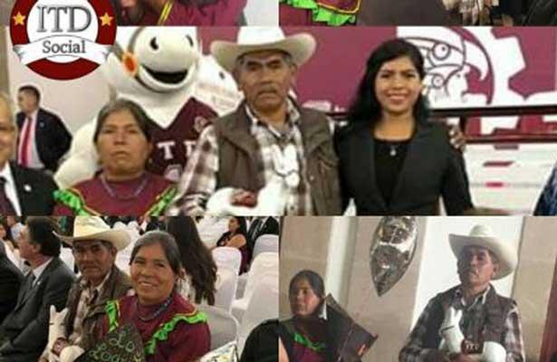 Joven indígena se gradúa; padres acuden orgullosos