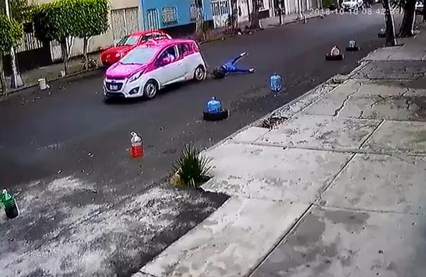 [Video] Taxista arrastró a una joven para no pagarle un golpe a su vehículo en la colonia Tránsito