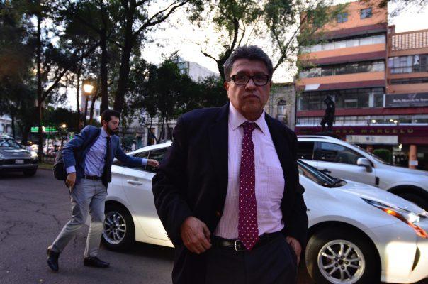 Iniciativa que prohíbe a bancos cobrar algunas comisiones y cobros, sigue: Monreal Ávila