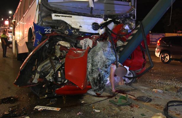 Autobús asesino, aplasta auto y deja tres muertos