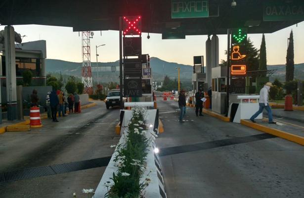 Organizaciones sociales toman caseta de peaje en Suchixtlahuaca