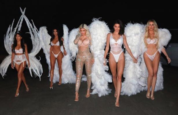 Las Kardashian se disfrazan de sensuales ángeles
