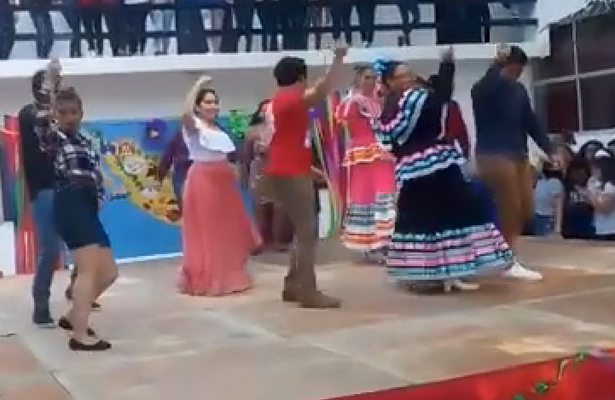 Bailan el 'Payaso de rodeo' y se desploma el escenario (VIDEO)