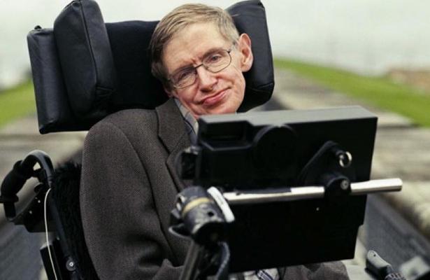 Subastan por 1.1 mdd silla de ruedas y tesis de Hawking