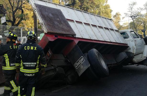 Vuelca camión y causa caos vehicular sobre Av. Insurgentes