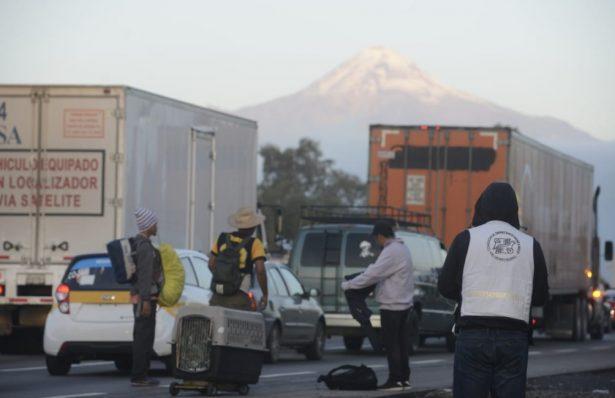 Migrantes de la Caravana se refugian en deportivo de la Magdalena Mixihuca