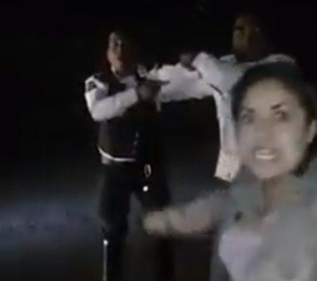 Mujer embarazada y su pareja agreden a policía  (Video)