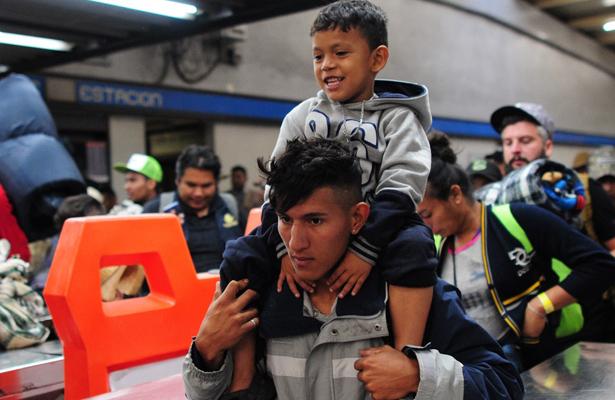 Migrantes se trasladan en Metro para continuar con su viaje a EU