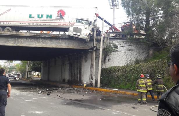 Tráiler a punto de caer de un puente en Tlalnepantla