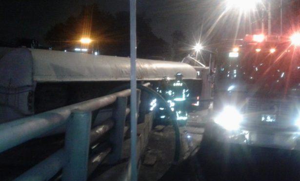 Escapa de la muerte tras volcar su vehículo en Tlalpan (VIDEO)