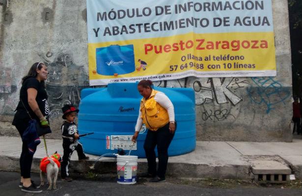 Alcaldía de V. Carranza reparte agua en pipas y coloca tinacos
