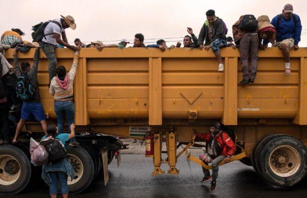 Caravana migrante camina de Veracruz hacia la CDMX