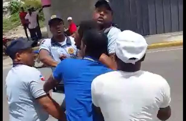 Policía le vuela la cabeza a limpiaparabrisas en República Dominicana [VIDEOS]