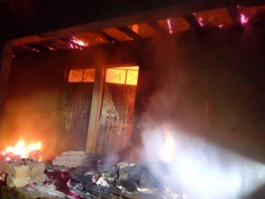 Incendio consume vivienda en Zitácuaro, Michoacán