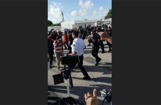 (VIDEO) Policías corren a su jefe a empujones en Cancún