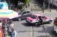 ¡Le valió el tren! Taxista arriesga su vida y la de su pasajero