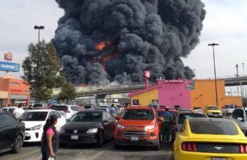 Fuerte incendio consume bodega de telas en Toluca (Video)