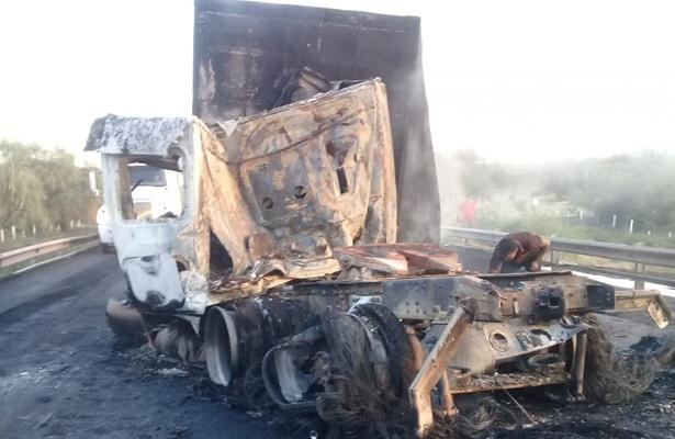 Chocan tres tráileres en la autopista Siglo XXI; uno quedó calcinado