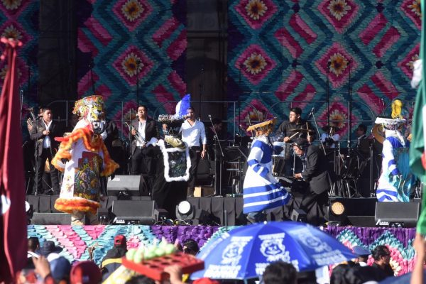 Sin importar el sol, simpatizantes esperan mensaje presidencial en Zócalo