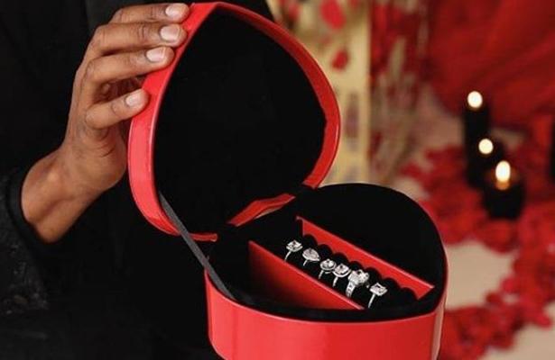 Le propone matrimonio a su amada con 6 anillos distintos